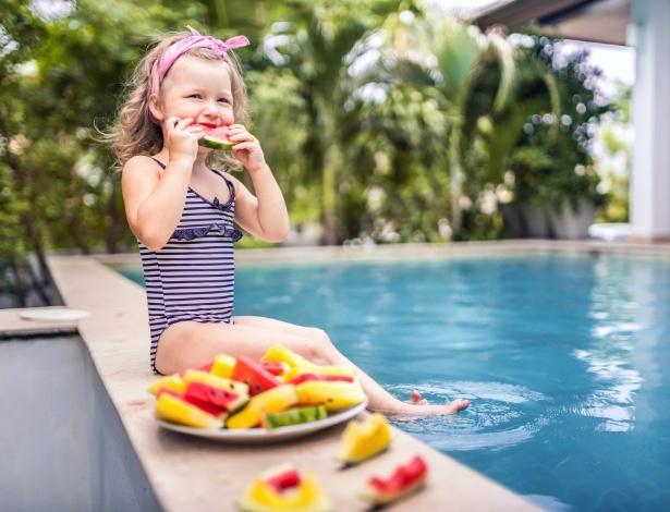 Comer e nadar piscina